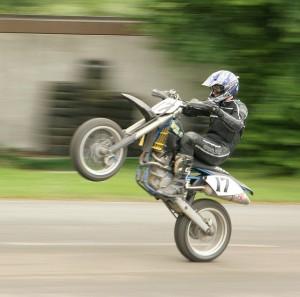 jak jezdzic na motocyklu na jednym kole
